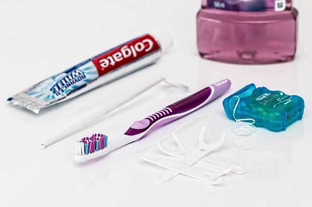 Zahnseide richtig anwenden.